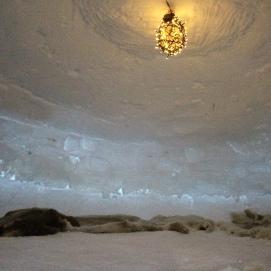 Koselig med reinsdyrskinn og lampe inne
