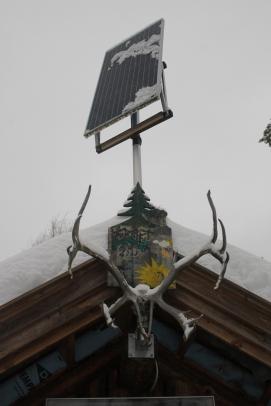 Fortet produserer egen strøm gjennom solcellepaneler!