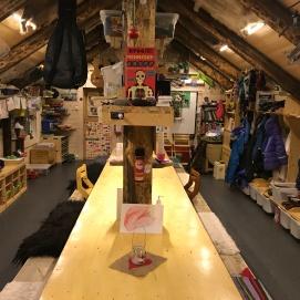 Langbordet inne i hytta, her er det plass til både store og små!