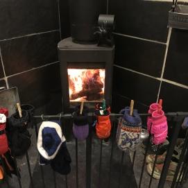 Oppvarmet med en koselig vedovn har vi gode oppvarmingsmuligheter når det er kaldt ute!