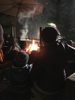 Koselig å spise grøt rundt bålet og varme seg litt!