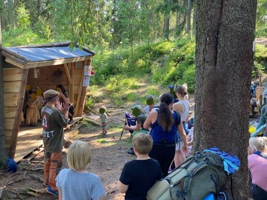 I skogen var det god plass til å både holde avstand og synge litt sanger!